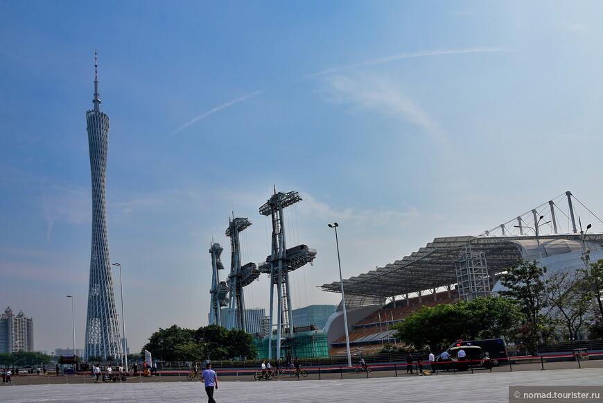 Ну и звезда Гуанчжоу - Телебашня, стоящая на другом берегу Жемчужной реки. Справа - концертный зал.
