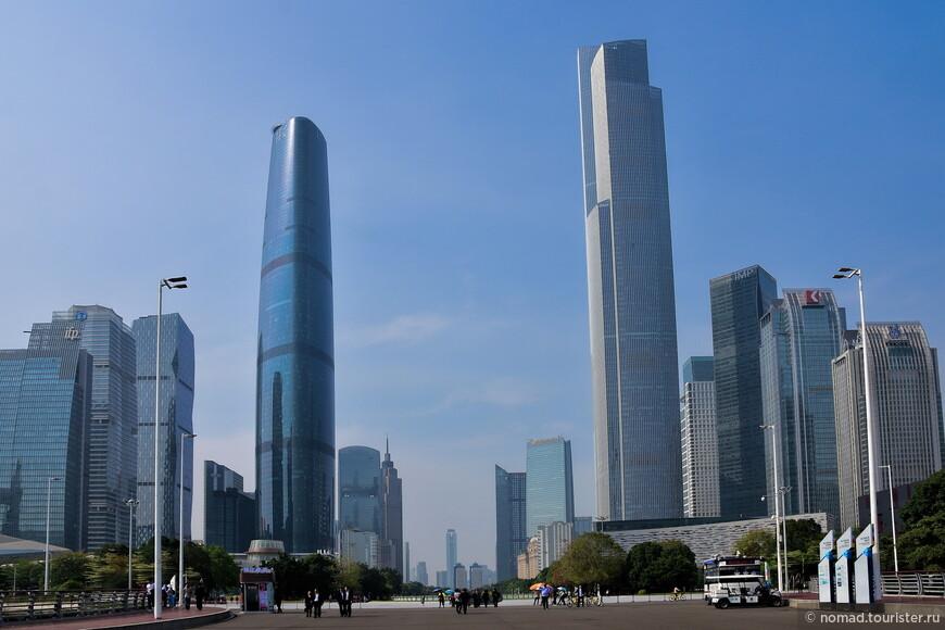 Слева - здание Международного финансового центра (439 метров), справа - Чоу-Тай-Фук-Сентер, 530 метров, 116 этажей.