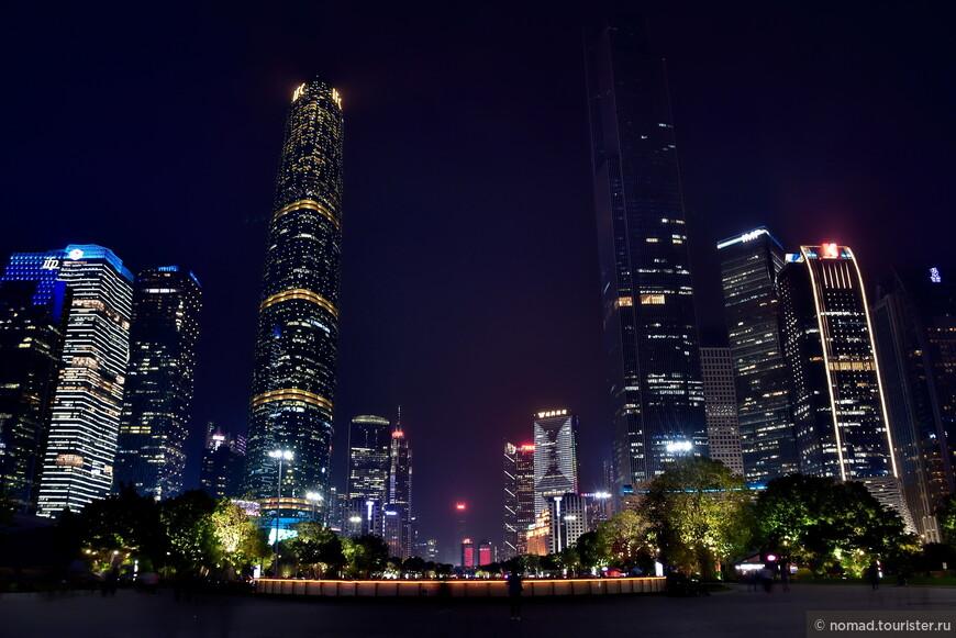 Ночной ракурс на два главных небоскреба.