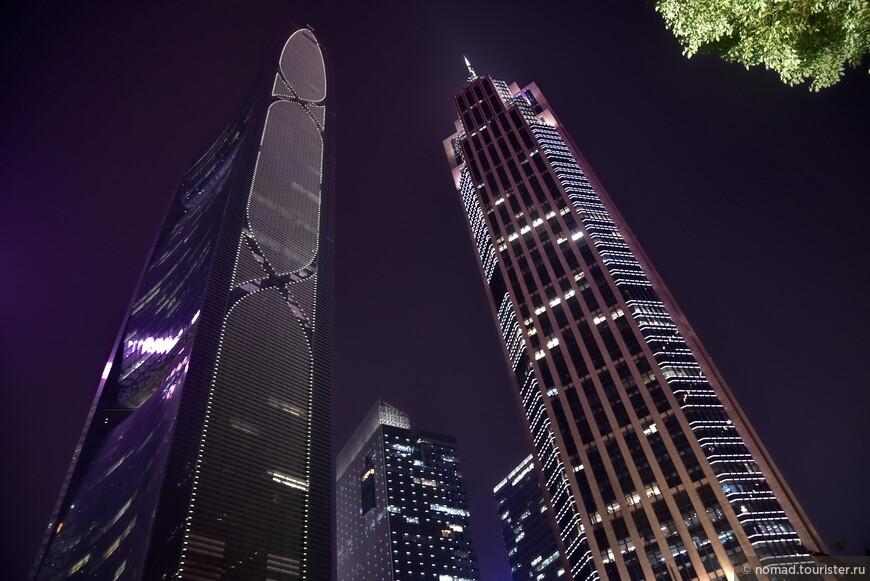 The Pearl River Tower (слева) – самый «зеленый» небоскреб Гуанчжоу. Это 71 этажное здание – первый небоскреб в Китае, который получил сертификат LEED-CS platinum (энергоэффективное и экологическое проектирование).  Его гладкая и аэро-динамичная форма была разработана с учетом движения ветра и использования солнечной энергии. В здании есть несколько технических этажей, где расположены турбины, с помощью которых генерируется энергия.  Источник: http://travelask.ru/china/guangzhou/neboskreby-guanchzhou