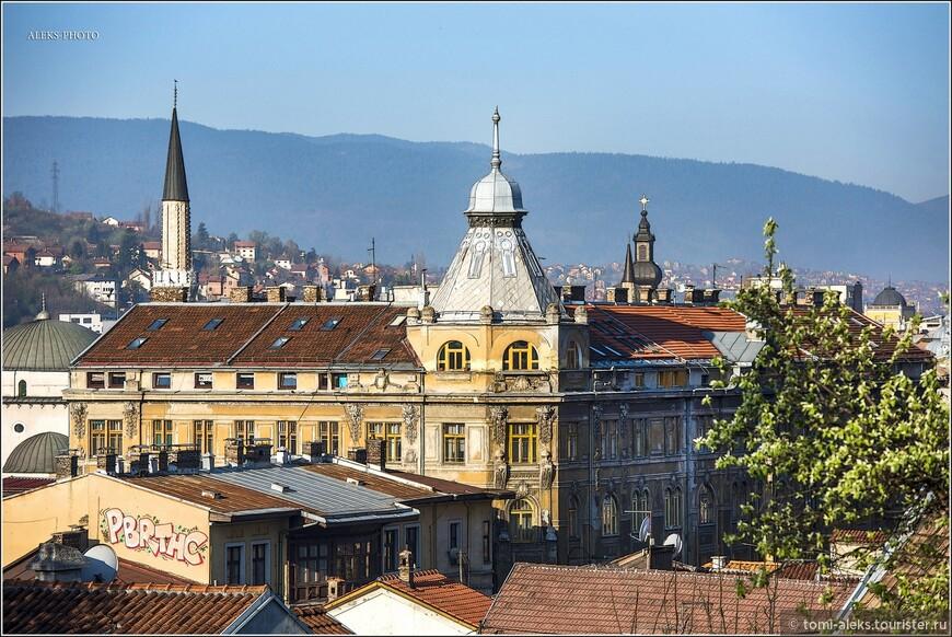 Население города составляет чуть более 270 тысяч. Это - 8 % населения Боснии и Герцеговины. В городе живут 81% босняков и всего по 5% сербов и хорватов. Причина такого дисбаланса - последствия  войны 1992-95 гг. Но в этой прогулке мне меньше всего хочется говорить о войне. Просто будем об этом помнить, посещая этот город и любуясь его красотой...