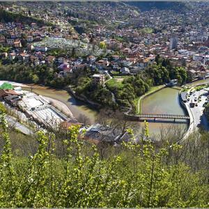 """Здесь мы еще раз видим реку Миляцку. Название города - """"Сараево"""" произошло от тюрского """"сарай», что означает «дворец, административное здание». Территория, где сейчас находится Сараево была расположена между Византией и Римской империей, а с конца 14 века находилась в составе Османской империи."""