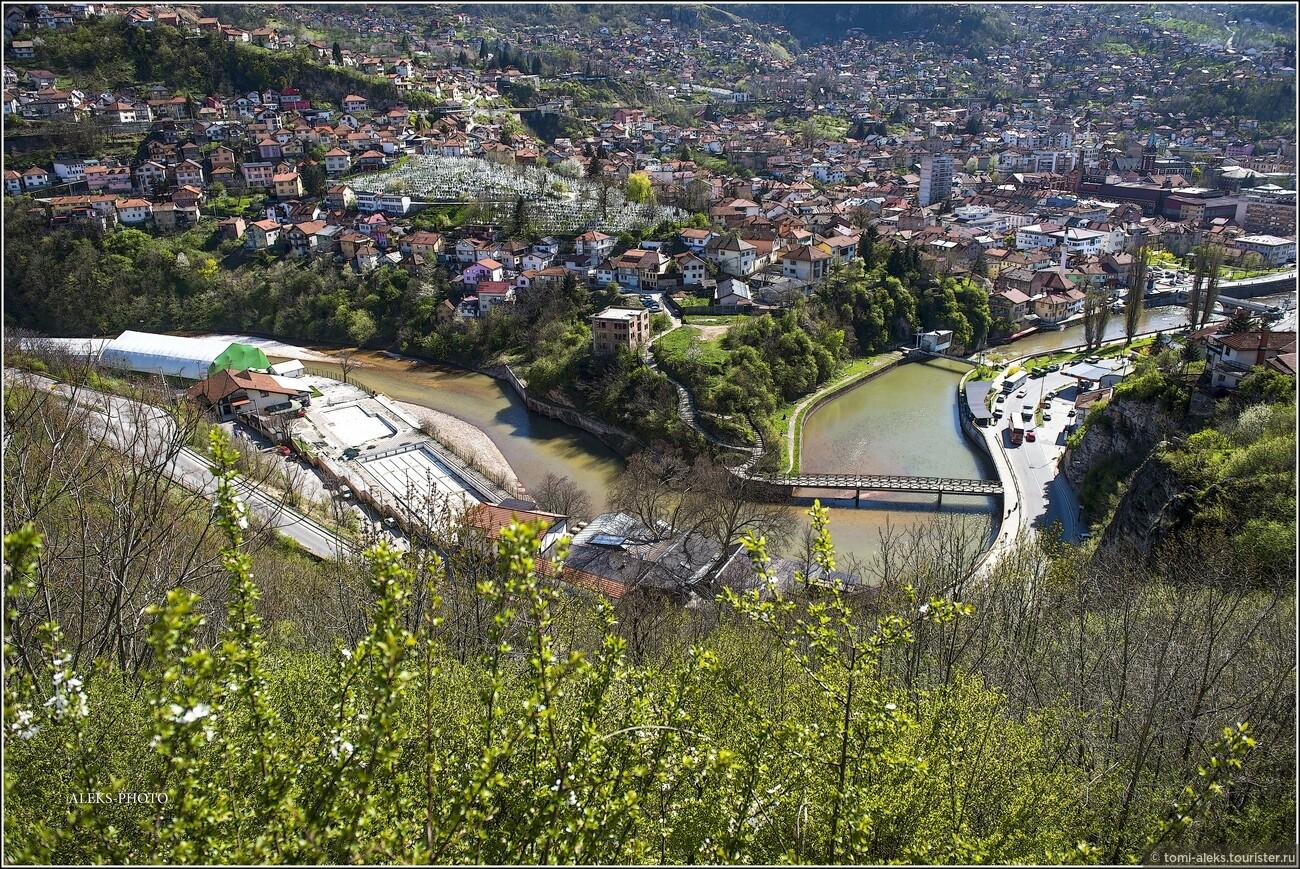 """Здесь мы еще раз видим реку Миляцку. Название города - """"Сараево"""" произошло от тюрского """"сарай», что означает «дворец, административное здание». Территория, где сейчас находится Сараево была расположена между Византией и Римской империей, а с конца 14 века находилась в составе Османской империи., Очарование Сараево (прогулка первая)"""