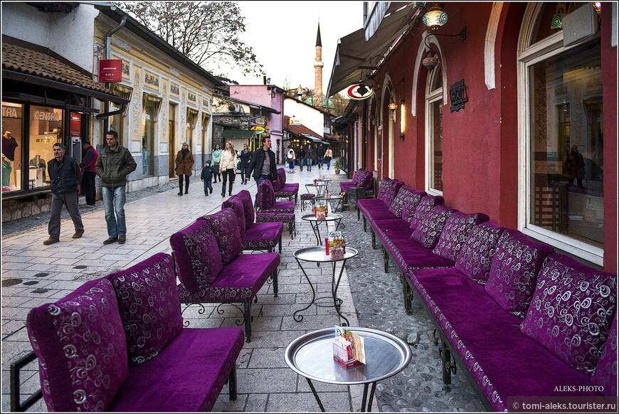 Основателем города считается Иса-бег Исакович, который около 1460 г. стал пашой Боснийского пашалыка с центром в Сараеве. В то время на холме в верхнем течении Миляцки была возведена крепость, внизу на обоих берегах реки разместился торговый район — чаршия.