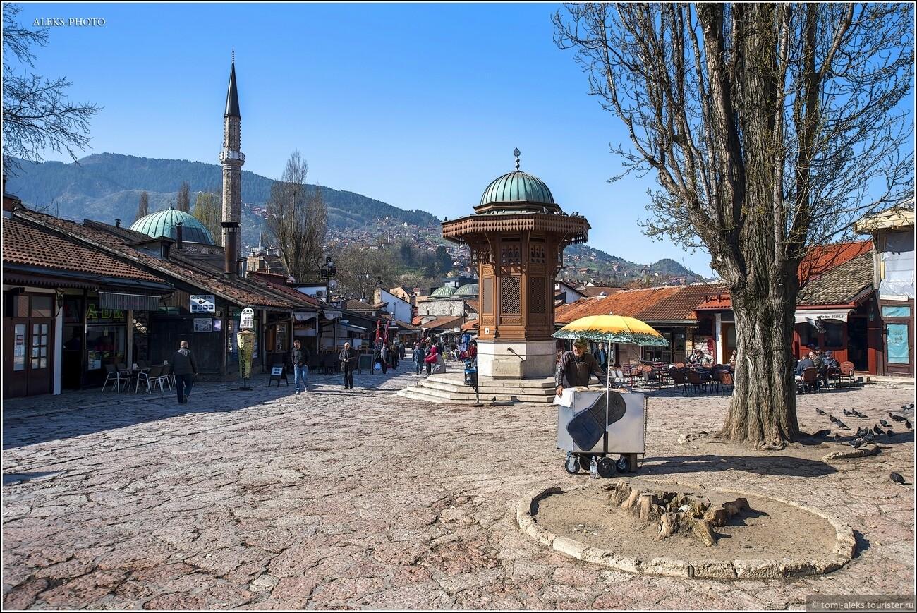 При нём были построены, в частности, библиотека и медресе, а также сохранившаяся до сих пор Хусрев-бегова мечеть (1530), которая и в XX веке оставалась крупнейшей во всей Боснии. В 1553 году административный центр Боснии переносился в Баню-Луку (до 1639 г.). , Очарование Сараево (прогулка первая)
