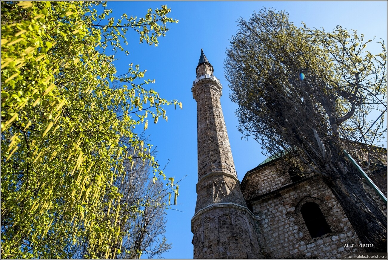 Вот как раз та мечеть, о которой было сказано чуть выше. Она отличается очень высоким минаретом. Что интересно в Сараево - здесь есть мечети, католические соборы и синагоги. Меня удивило, что девушки города вовсе не похожи на мусульманок, хотя ходят с покрытой головой. Все они как будто с европейской внешностью, хотя их религия - ислам. Вот такие метаморфозы, связанные с историей города... , Очарование Сараево (прогулка первая)