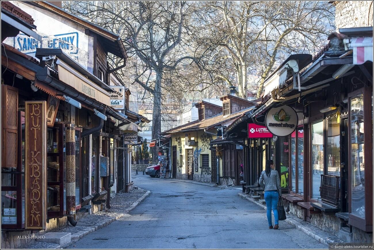 С 1565 года в городе поселились евреи, которые в 1580-е годы возвели в своей махалле синагогу. Не мусульмане подвергались дискриминации: им запрещалось заниматься некоторыми профессиями, ездить на лошадях или носить яркую одежду. , Очарование Сараево (прогулка первая)