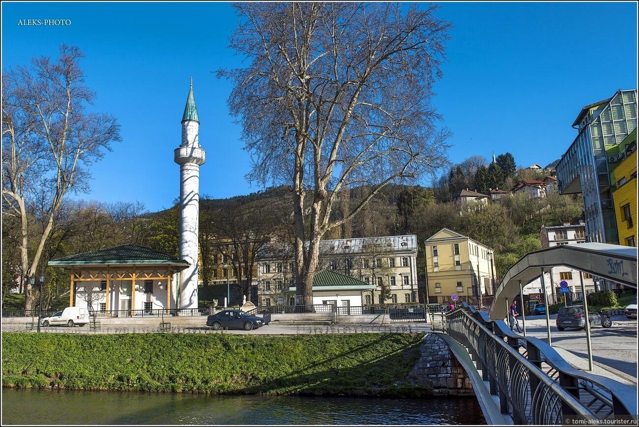Вторая мировая война в Сараево пришла 6 апреля 1941 года, когда город подвергся немецким бомбардировкам. Вот так - не хотелось говорить о войне - но она пронизывает всю историю города... Поэтому сори. Красивые виды, но весьма нелегкая судьба у города..., Очарование Сараево (прогулка первая)