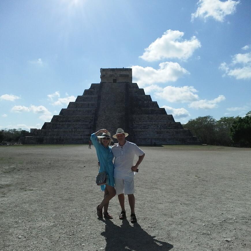 Михаил Тюркин с супругой на пирамидах в Чичен Ице