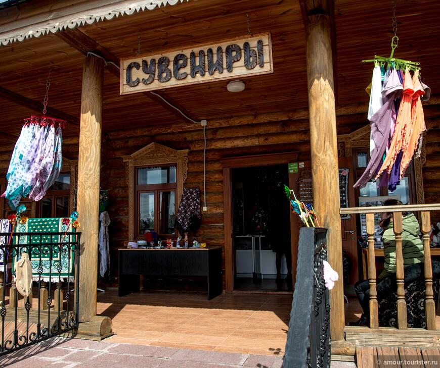 И конечно здесь есть магазинчик татарских сувениров, где можно купить много чего на память: от значков и кружек до национального костюма.
