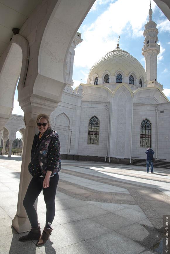 Мне кажется, что при строительстве Белой мечети ее создатели знали чувство меры, так что сооружение смотрится гармонично, а не аляповато.