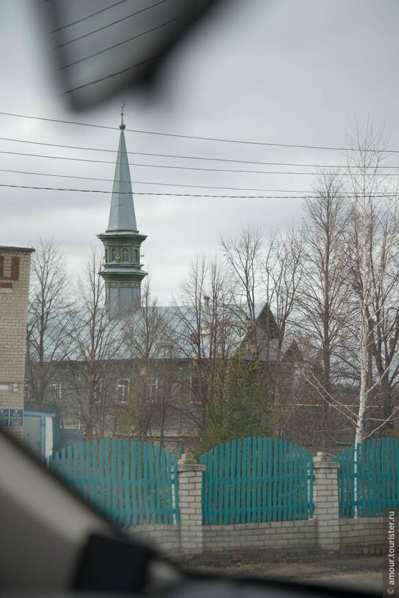 Проехали Казань и устремились к югу, к месту слияния Волги и Камы, чтобы перебравшись через Каму держать курс на Булгар. В татарских сёлах встречались скромные деревянные, но обязательные мечети.