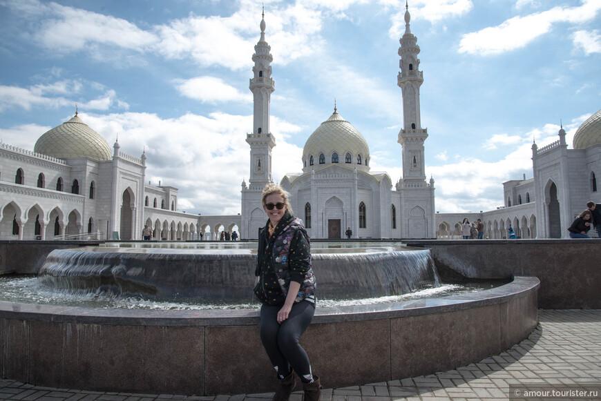 """Вот почти добрались. Здесь изображена Белая Мечеть, медресе и резиденции духовенства. Мечеть построили в 2012 году. Выглядит весь комплекс внушительно. Сама мечеть и две пристройки по бокам от неё обрамляют молельную площадь. Чувствуются восточные мотивы в архитектуре. Мечеть  очень величественная и изысканная. Всё время, пока мы здесь находились с минаретов раздавалось пение муэдзина. К своеобразной """"музыке"""" этого пения надо привыкнуть."""