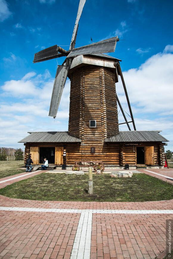 На территории можно познакомиться с настоящей деревенской мельницей.