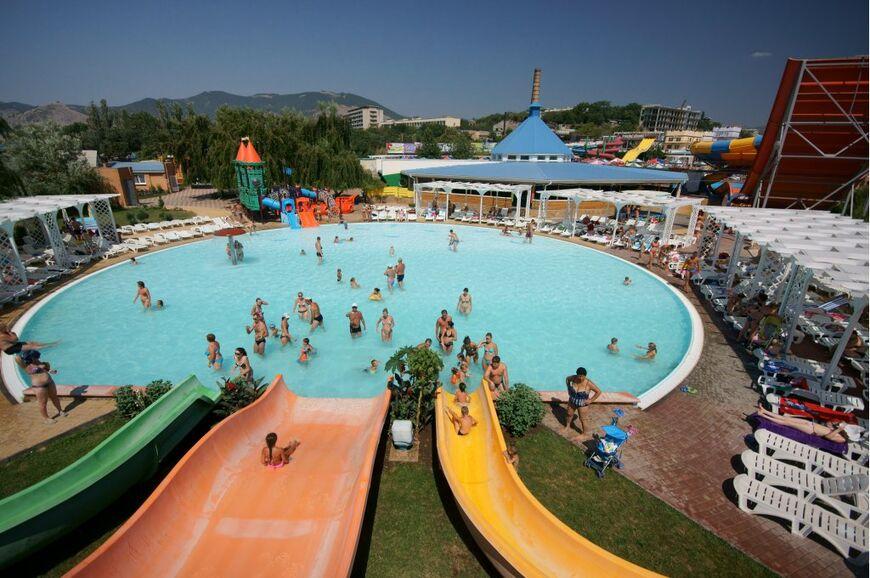 Детский бассейн и горки «Ramp Slide» (широкая оранжевая горка), «Желтая горка» и «Зеленая горка»