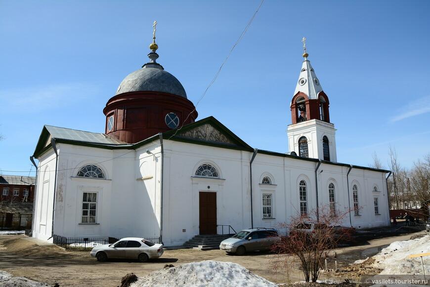 Свято-троицкий храм —  главная достопримечательность Гусь-Хрустального. Церковь отсчитывает свою историю с 1816 г., когда в тогдашнем еще селе Гусь, рядом с хрустальной фабрикой появилась небольшая обитель.