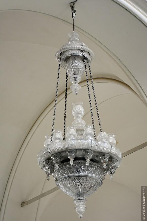 Изначально в соборе были хрустальные люстры от Мальцова. А нынче сохранилась в оригинале только одна