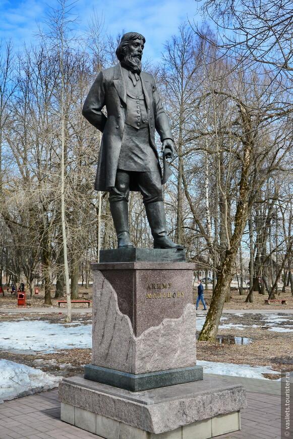 Памятник Акиму Мальцову - основоположнику хрусталеварения в Гусе