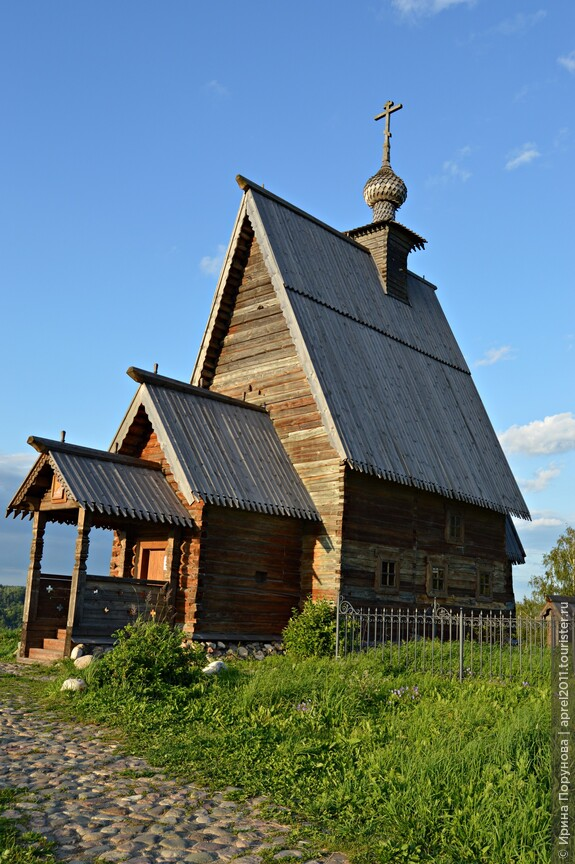 Деревянная Воскресенская церковь имеет и другое, поэтическое название — «Над вечным покоем», так увековечил ее Исаак Левитан на одноименном полотне 1894 г.