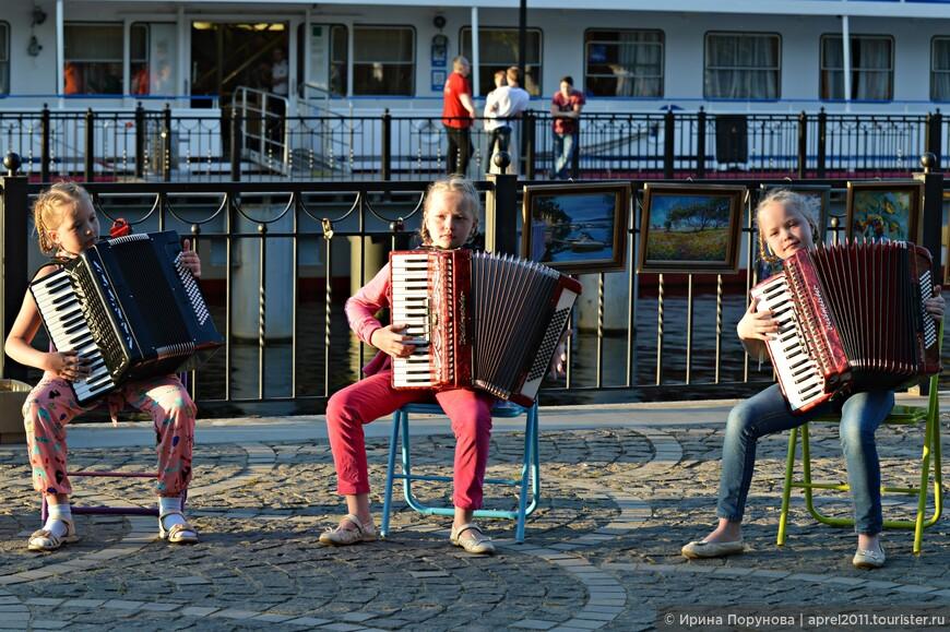 Очаровательное трио юных аккордеонисток провожает наш теплоход