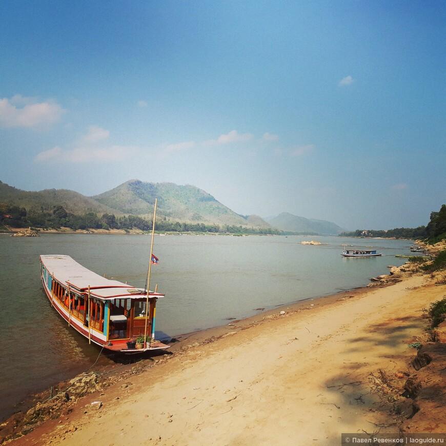 Лодка для проведения речных круизов по Меконгу для туристов.