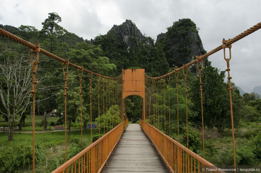 Мост через реку Нам Сон к пещере Jang Cave.