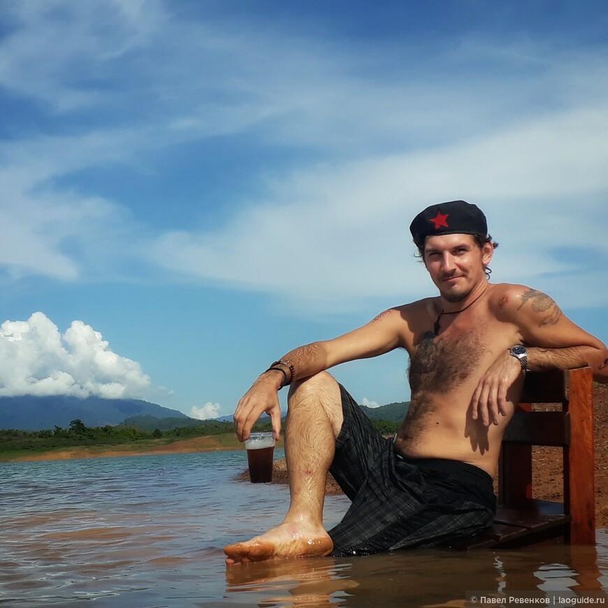Отдых во время плавания в плавучем доме по озеру Nam Ngym.