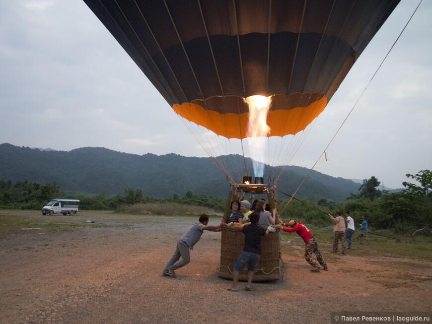 Посадка воздушного шара на закате.