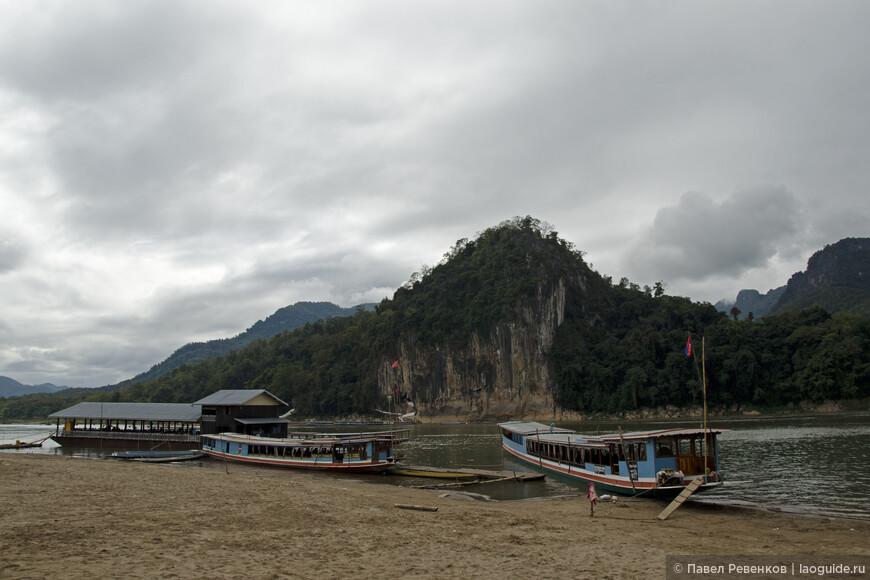 Туристические лодки напротив пещер Пак У