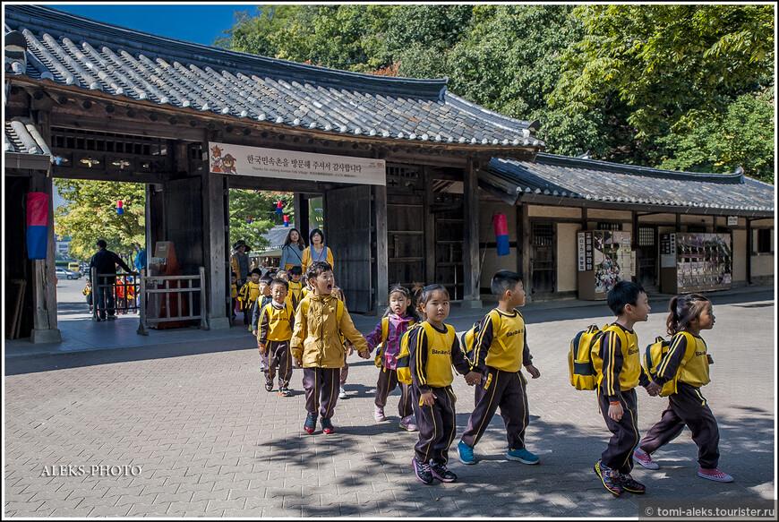 Вот, наконец, автобус привозит нас ко входу в Фольклорную деревню. И первое, что мы видим, это толпы корейских ребятишек.