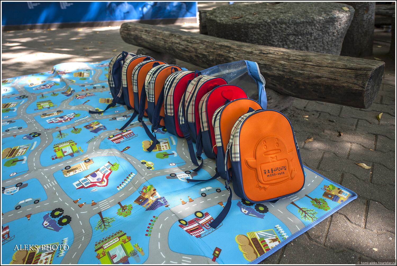 Всегда умиляют аккуратно сложенные рюкзачки... В них, конечно же, находится перекусончик в виде.. суши... Чуть позже мы увидим, как детишки их поглощают..., Загадки корейской этно-деревни (часть первая)