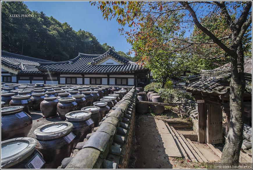 Знаменитые корейские бочонки, в которых они солят и приготавливают многочисленные закусочки - кимчи. Со времени посещения Кореи мы все салаты стали называть не иначе, как кимчи!!! Самое интересное, что эти сосуды не пустые. Даже в таких музейных условиях у корейцев все работает...