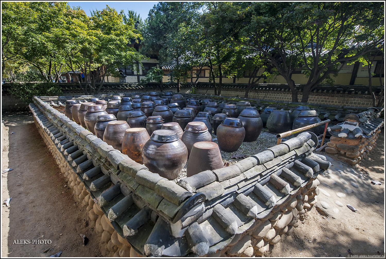 Обратите внимание, как выложен черепицей заборчик. Это - типично корейский стиль и его мы увидим еще во многих местах..., Загадки корейской этно-деревни (часть первая)