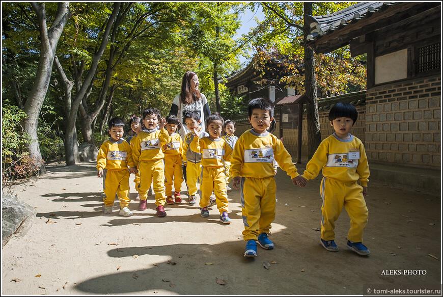 Привет киндеры! Дети тут повсюду. Знакомятся с культурой своей страны... Напомню, что по традиции корейцев, у каждого ребенка сзади закреплена бирочка, на которой написан адрес ребенка и его имя... Мы это видели своими глазами - в одном из музеев...