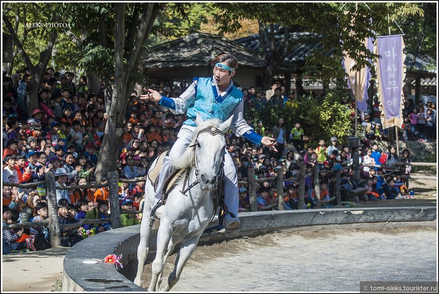 Понаблюдаем немного красавцев в национальных нарядах... Такое у нас можно увидеть только в цирке...У корейцев есть даже свой остров Чеджу - на юге страны, названный в честь породы лошадей, которую там вывели...