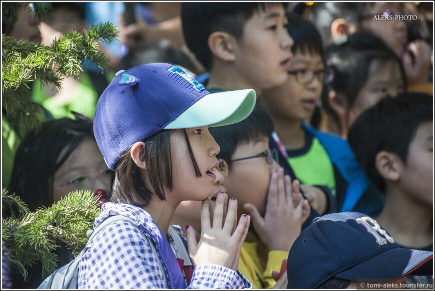 Маленькие корейские дети, на самом деле, очень любознательны... Хотя, когда мы позже познакомились с поколением чуть постарше, поняли, что современная цивилизация с гаджетами очень портит молодежь... Как ни странно...