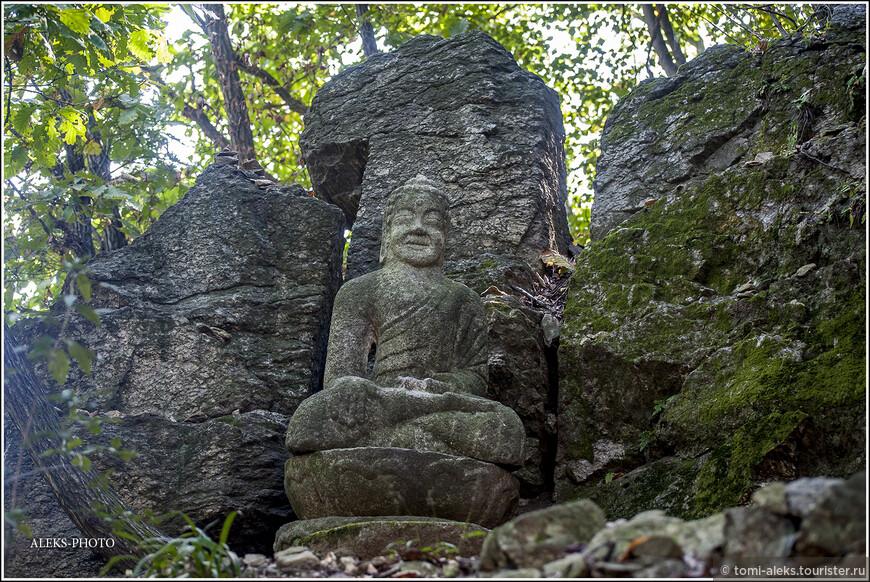 Проходим какие-то каменные изваяния. У корейцев, которые очень поддались влиянию христианства, еще сохранились кусочки старинных буддистских традиций и есть монастыри...