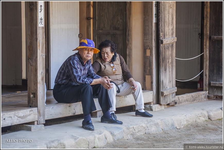 Старички-корейцы - чрезвычайно подвижные. Они все время куда-то путешествую по своей стране. Особенно любят подниматься в горы и ходить вдоль ручьев... Все корейские женщины имеют одинаковые черные кудрявые волосы с химией...
