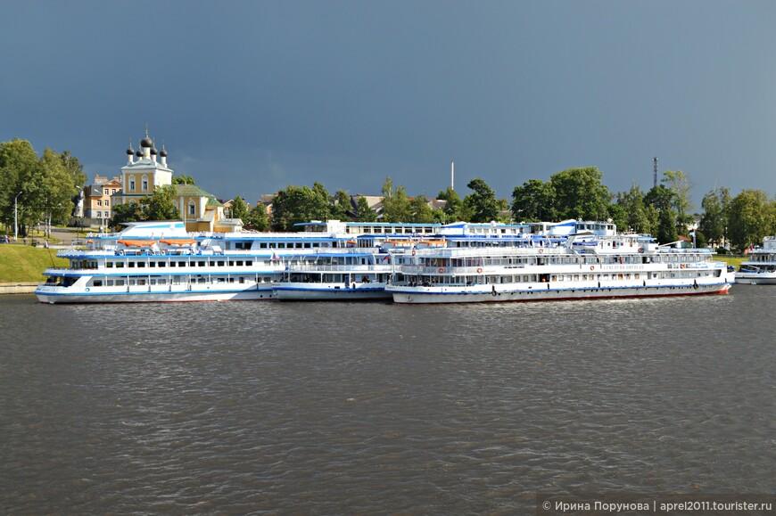 Старинный русский городок Углич стоит на реке Волге, как раз в том живописном месте, где она совершает крутой излом.