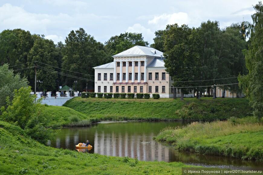 """У входа в Угличский Кремль располагается здание, немного """"выпадающее"""" из общей картины старинных памятников архитектуры. Построенное в 1815 году, оно на 100 лет стало местом заседаний городской Думы. Сейчас в здании находится администрация музея."""