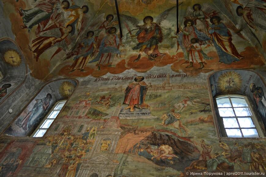 Западную стену высокой храмовой части занимает композиция «Убиение царевича Димитрия». Это идейный центр интерьера и редкий пример исторической живописи в церкви.