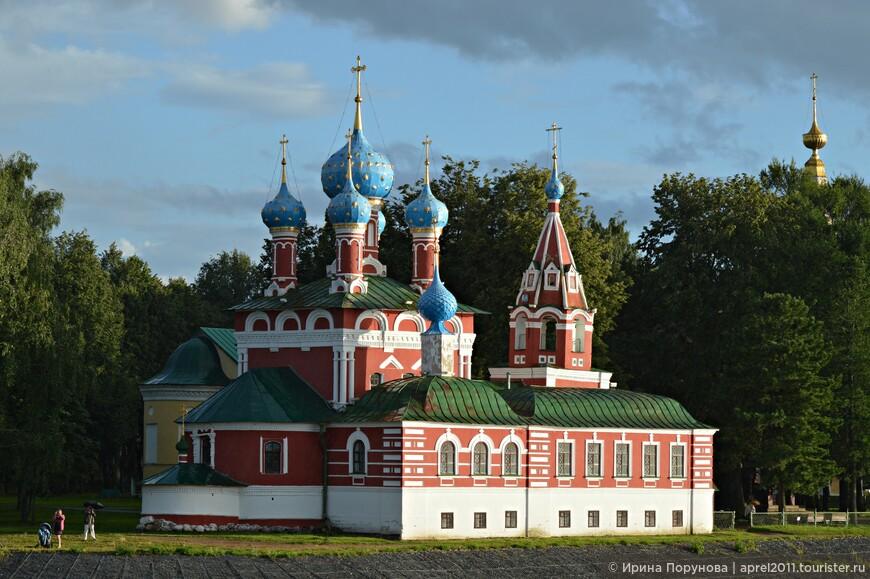 Знакомство с красивым зданием, нарядно декорированным в русском архитектурном стиле конца XVII века, включено в списки всех экскурсионных программ.