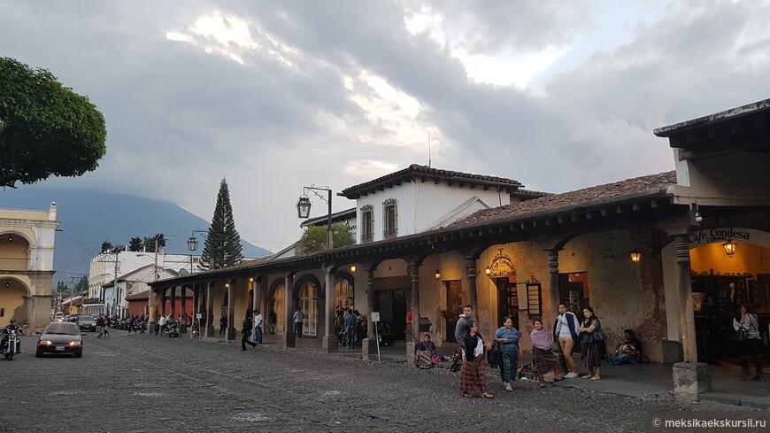 Кафе и рестораны на центральной площади.