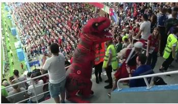 Болельщик в кокошнике подрался с динозавром на матче ЧМ