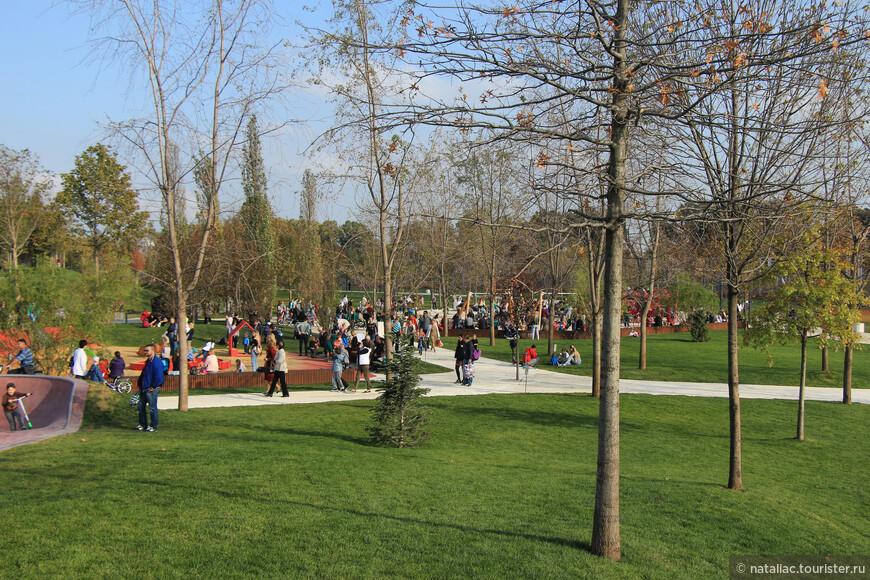 В парке есть несколько площадок для активных игр и  все детские площадки разделены по возрастам. Для самых маленьких, типа песочница отделена заборчиком.