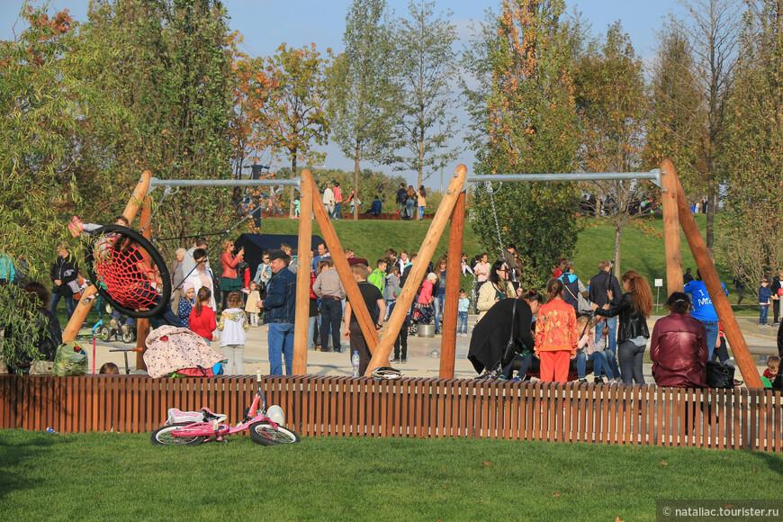 Вообще в этом парке я обратила внимание на активные семейные прогулки, это было и удивительно и приятно!