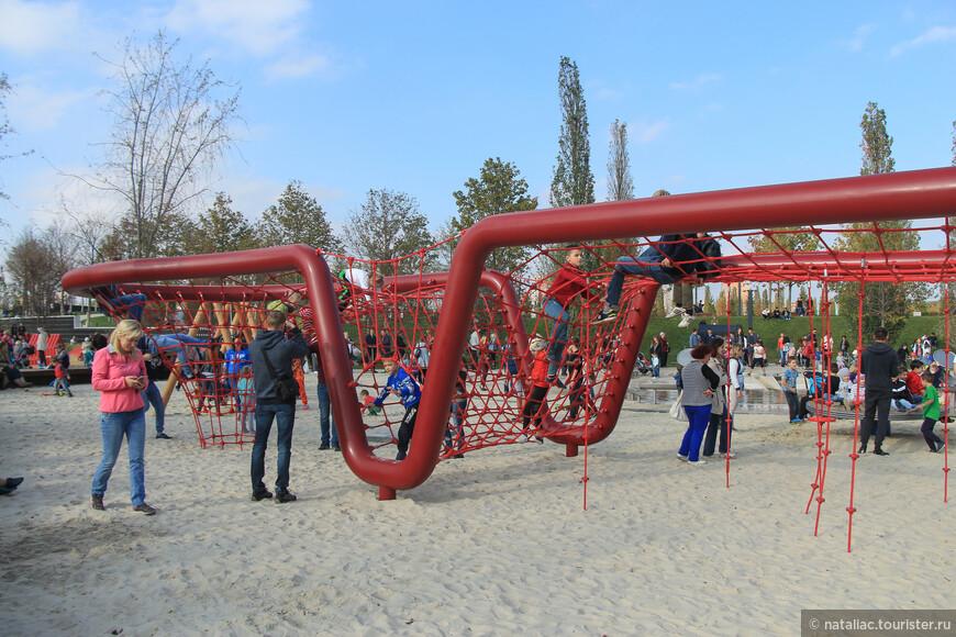 А эта зона для детей постарше. Пока дети развлекаются, родители могут сидеть на лавочках.