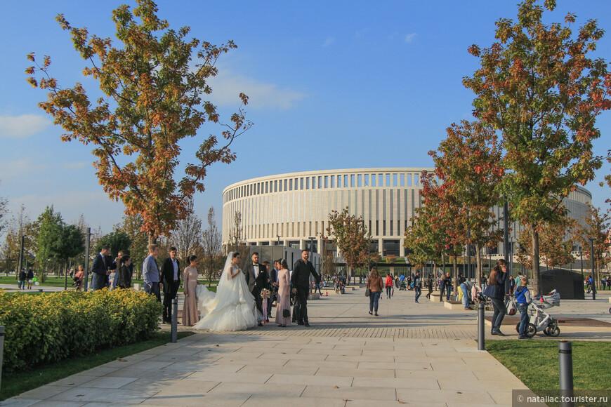 Парк стал одной из главных достопримечательностей города и местом, куда на фотосессии спешат молодожены.