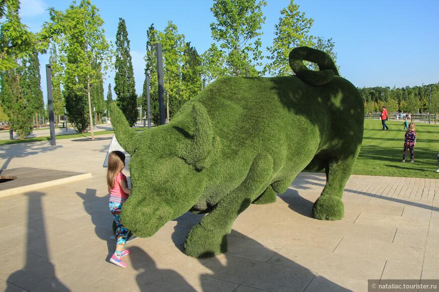 В парке установлена инсталляция быка, конечно все считают своим долгом сфотографироваться на его фоне.