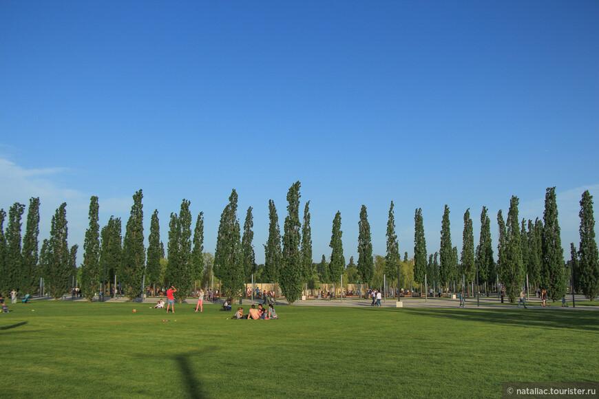Гуляющие развлекают себя сами, большая и спокойная зона парка предусмотрена для прогулок людей разных интересов и возрастов.